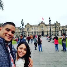 Mi esposo y yo en la Plaza Central de Lima, Perú