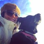 Bibi y yo disfrutando de un día frío y calentándonos con el sol.